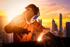 Przemysłowy pracownik spawa stalową strukturę Fotografia Royalty Free
