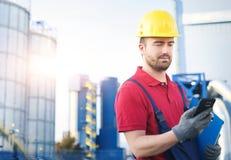 Przemysłowy pracownik ubierał w kombinezonach na zewnątrz fabryki Fotografia Stock