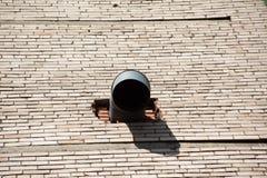 Przemysłowy round kapiszon w ścianie z cegieł obraz royalty free