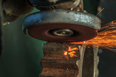Przemysłowy tło, przemysł, Iskrzy od szlifierskiej maszyny wewnątrz Zdjęcie Stock