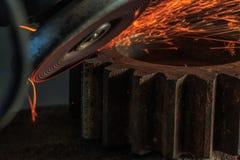 Przemysłowy tło, przemysł, Iskrzy od szlifierskiej maszyny wewnątrz Fotografia Royalty Free