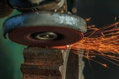 Przemysłowy tło, przemysł, Iskrzy od szlifierskiej maszyny wewnątrz Zdjęcia Royalty Free