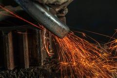 Przemysłowy tło, przemysł, Iskrzy od szlifierskiej maszyny wewnątrz Obrazy Royalty Free
