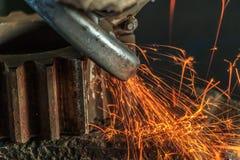 Przemysłowy tło, przemysł, Iskrzy od szlifierskiej maszyny wewnątrz Zdjęcie Royalty Free