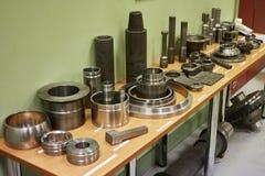 Przemysłowy tokarki narzędzie i dużej precyzi cnc obraca części dużej precyzi automobilowa machining foremka i kostka do gry częś Fotografia Stock