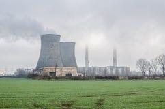 Przemysłowy widok w mgłowych warunkach obraz stock