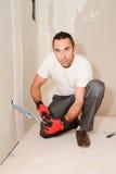 Przemysłu budowlanego elektryk odnawi elektryczną sieć w domowej budowie z narzędziami obraz royalty free
