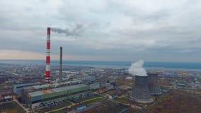 Przemysłu ciężkiego teren, strefa przemysłowa Powietrzny ptasiego oka widok Dymny przybycie od kominów Mgłowy dzień zdjęcie wideo