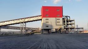 Przemysłowa maszyna pracuje na strefie przemysłowa na tle czerwona galeria zdjęcie wideo