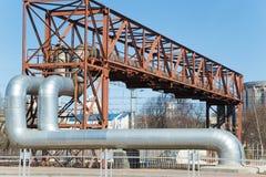 Przemysłowe ogromne drymby na metalu wiadukcie plenerowym Obraz Stock