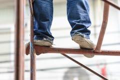 Przemysłowego pracownika robotnik na rusztowaniu Zdjęcia Royalty Free