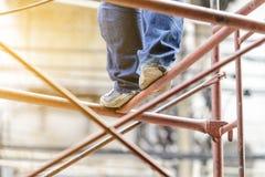 Przemysłowego pracownika robotnik na rusztowaniu Zdjęcia Stock