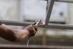 Przemysłowego pracownika robotnik spawa stalowe struktury Obrazy Royalty Free
