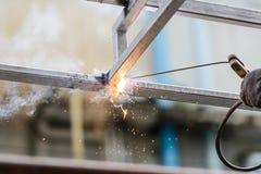 Przemysłowego pracownika robotnik spawa stalowe struktury Fotografia Royalty Free