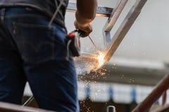 Przemysłowego pracownika robotnik spawa stalowe struktury Obrazy Stock