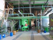 Przemysłowi zbiorniki, maszyneria, drymby, tubki inside fabryka chemikaliów Zdjęcie Stock