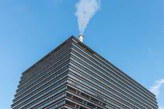 Przemysłowy elektrownia budynek z bielu dymem obraz stock