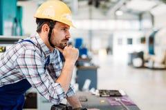 Przemysłowy fabryczny pracownik pracuje w metalu przemysle wytwórczym Obrazy Royalty Free