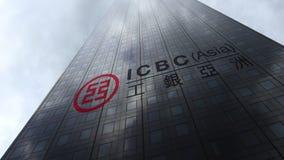 Przemysłowy i Commercial Bank Porcelanowy ICBC logo na drapacz chmur fasadzie odbija chmury Redakcyjny 3D rendering Zdjęcia Royalty Free