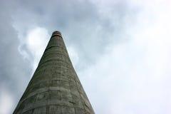 Przemysłowy komin emituje toksycznych polutanty w niebie Fotografia Royalty Free