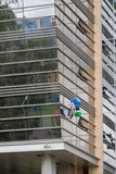 Przemysłowy mountaineering, arywista na budynek fasadzie petersburg Rosji st obraz royalty free