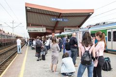 PRZEMYSL, POLEN am 15. April 2018 viele Leute mit Gepäck auf Th lizenzfreies stockfoto