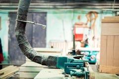 Przemysłowy tokarki narzędzie, musztrowanie i vacuuming saw pył, Zdjęcia Royalty Free