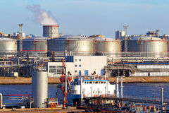 Przemysłu naftowego terminal Tankowiec w porcie Obrazy Royalty Free