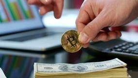 Przeniesienia złocisty bitcoin od ręki ręka Zakup cryptocurrency dla gotówki zbiory wideo