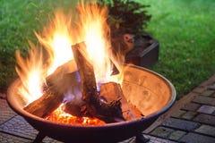 Przenośna graba z jaskrawą płonącą łupką robi iskrom, dymowi przy i Miejsce dla eveni Obrazy Stock