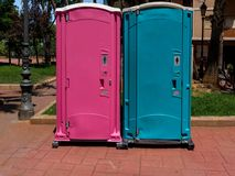 Przenośne toalet menchie dla mężczyzn i błękita dla kobiet obrazy royalty free