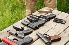 Przenośne urządzenie pistolety na stole obrazy stock