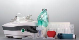 Przenośnego urządzenia i kompresoru inhalatoru whis maska, dosage lekarstwo obraz royalty free