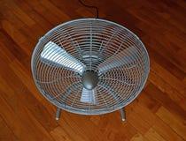 Przenośnej mini dmuchawy podłogowy fan na diagonalnej parkietowej podłoga Zdjęcie Stock