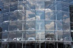 Przenośni hybrydowi wolkswagena golfa elektrycznych samochodów stojaki za szkłem w Glaserne Manufaktura - Przejrzysta fabryka, Dr Fotografia Stock