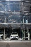 Przenośni hybrydowi wolkswagena golfa elektrycznych samochodów stojaki za szkłem w Glaserne Manufaktura - Przejrzysta fabryka, Dr Obraz Royalty Free