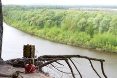 Przenośny benzynowego palnika pobyt w piasku nad falezą nad rzeka Zdjęcia Royalty Free