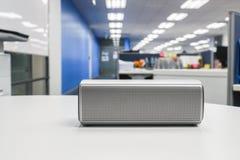 Przenośny bezprzewodowy głośny mówca w biurze dla słuchać muzyka obrazy stock