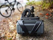 Przenośny Bluetooth mówca wspinał się na rowerze, słuchać, dato che muzyka i radio obraz royalty free