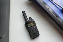 Przenośny czarny radiowego nadajnika lying on the beach na stole obrazy royalty free