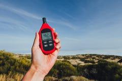 Przenośny termometr w ręce mierzy plenerową lotniczą temperaturę i wilgotność zdjęcie stock