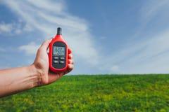 Przenośny termometr w ręce mierzy plenerową lotniczą temperaturę i wilgotność fotografia stock