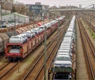 Przenosi jarda w Fallersleben z pociągami towarowymi ładującymi z nowymi wolkswagenów samochodami, czekaniem odtransportowywać da fotografia stock