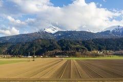 Przeorz?cy pole gotowy dla nasieniodajnego nasiewania w pog?rzach Bavaria zdjęcia stock
