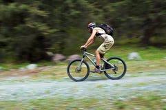 przepływ motocyklistów prędkość mountain zdjęcia stock