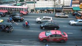 Przepływ samochody na miasto drodze w centrum biznesu w dniu Pas ruchu ruch drogowy na ruchliwie alei zbiory