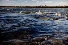 Przepływ wody zakończenie up obrazy royalty free