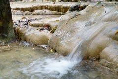 Przepływ woda przy siklawami Zdjęcie Royalty Free