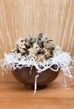 Przepiórek jajka kłama w drewnianym pucharze Zdjęcie Royalty Free
