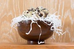 Przepiórek jajka kłama w drewnianym pucharze Obraz Stock